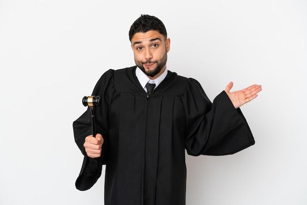 手を上げている間疑いを持って白い背景で隔離のアラブ人裁判官