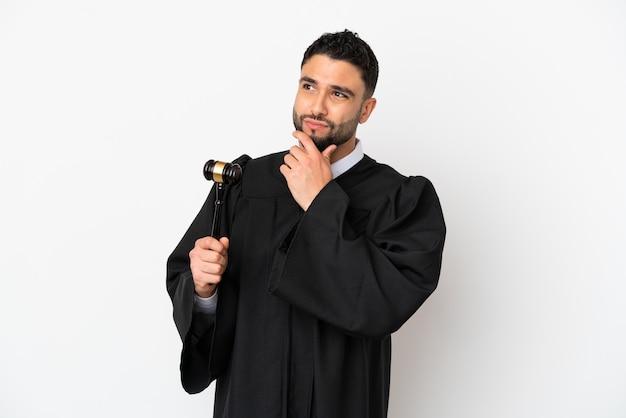 Судья арабский человек, изолированные на белом фоне, сомневаясь