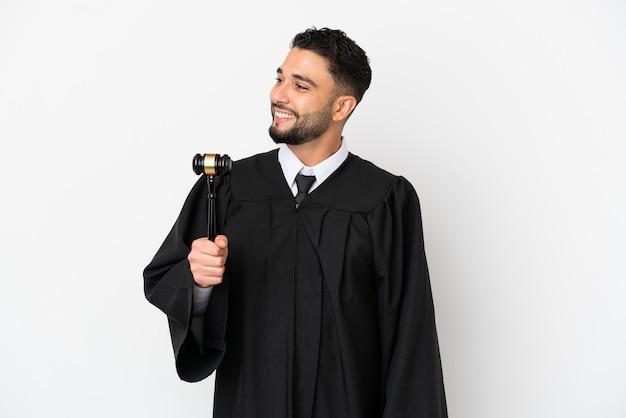横を見て笑っている白い背景で隔離のアラブ人裁判官