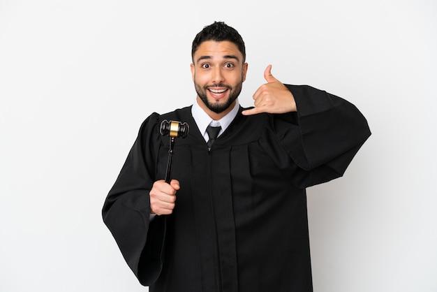 電話のジェスチャーを作る白い背景で隔離のアラブ人を判断します。コールバックサイン