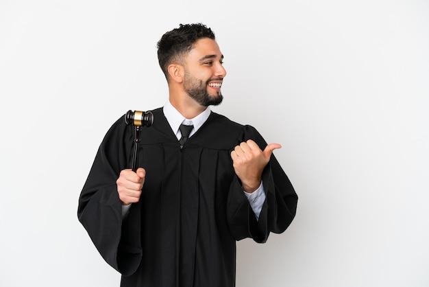 Судья арабский человек изолирован на белом фоне, указывая в сторону, чтобы представить продукт