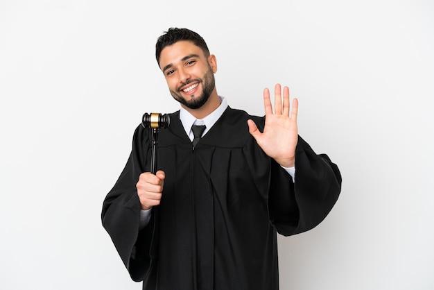 幸せな表情で手で敬礼する白い背景で隔離のアラブ人裁判官