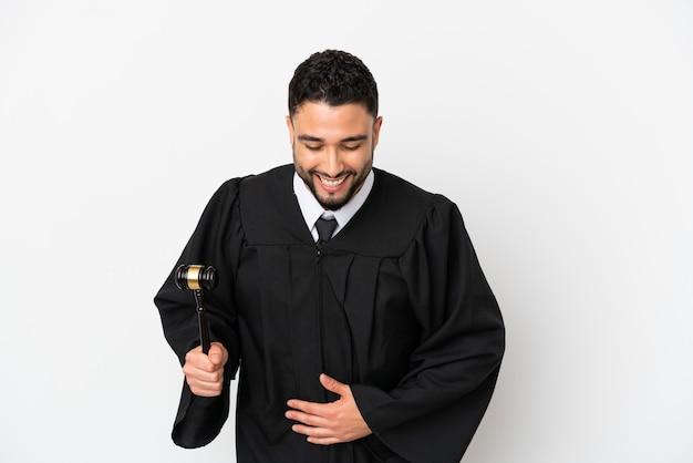 たくさん笑って白い背景で隔離のアラブ人裁判官