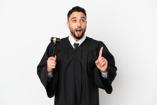 指を上に向けるアイデアを考えて白い背景で隔離のアラブ人裁判官