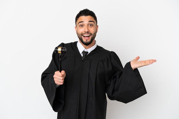 ショックを受けた顔の表情で白い背景に分離されたアラブ人裁判官