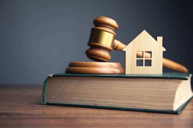 オークションと不動産のコンセプトを判断します。家のモデル、ガベル、法律の本