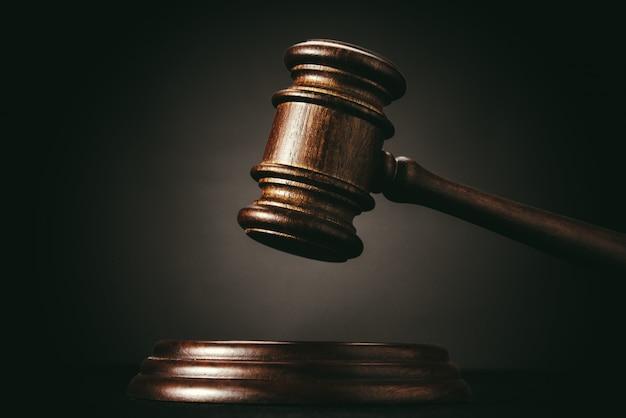 Судья (аукцион) молоток на черной стене