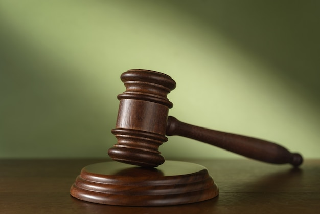 Судейский (аукционный) молоток на зеленом