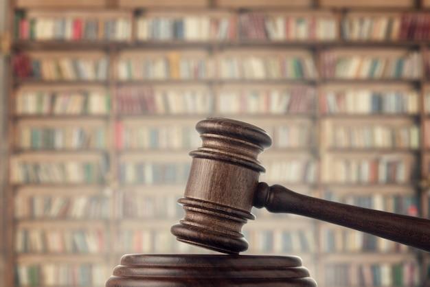 Судейский (аукционный) молоток на пространстве библиотеки