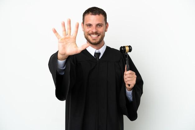 Судья кавказский человек изолирован на белом фоне, считая пять пальцами