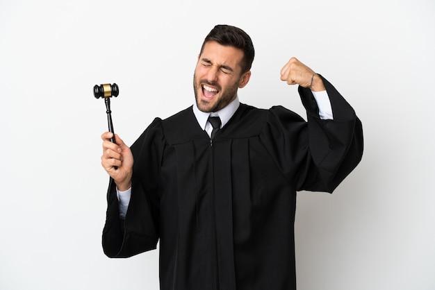 Судья кавказский человек, изолированные на белом фоне, делает сильный жест