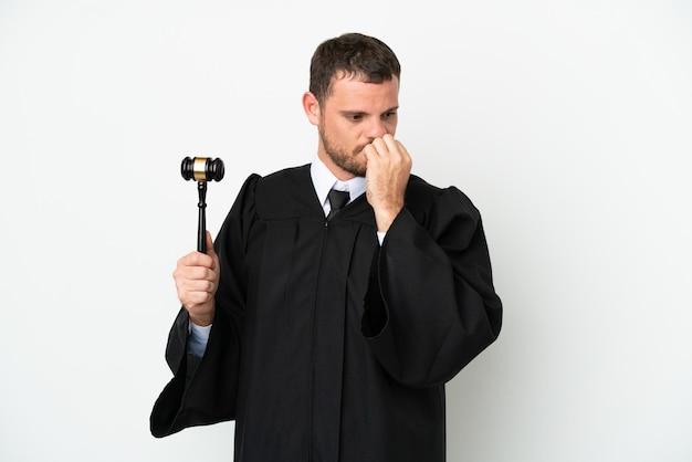 Судья кавказский человек, изолированные на белом фоне, сомневаясь