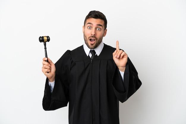 Судья кавказский человек изолирован на белом фоне, намереваясь реализовать решение, подняв палец вверх
