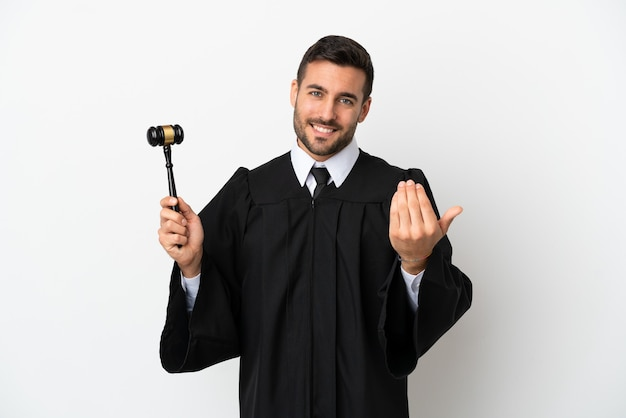Судья кавказский человек, изолированные на белом фоне, приглашая прийти с рукой. счастлив что ты пришел