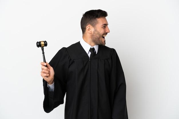 Судья кавказский человек, изолированные на белом фоне, смеясь в боковом положении