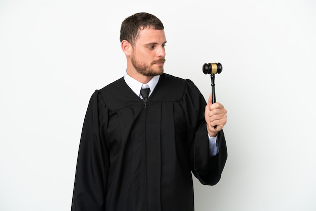 Судья кавказский человек, изолированные на белом фоне, глядя в сторону