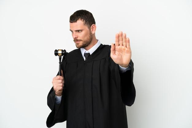 Судья кавказский человек изолирован на белом фоне, делая жест стоп и разочарованный