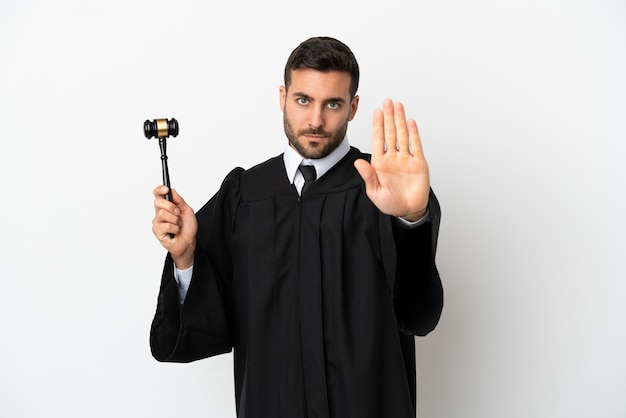 Судья кавказский человек, изолированные на белом фоне, делая стоп-жест