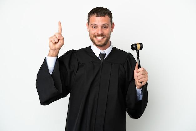 Судья кавказский человек изолирован на белом фоне, указывая вверх отличную идею