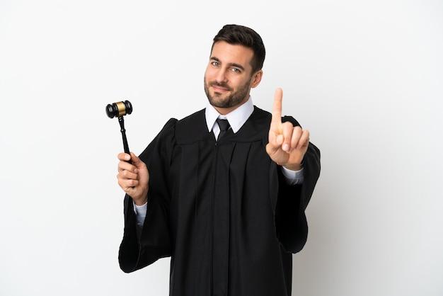 Судья кавказский человек изолирован на белом фоне, показывая и поднимая палец
