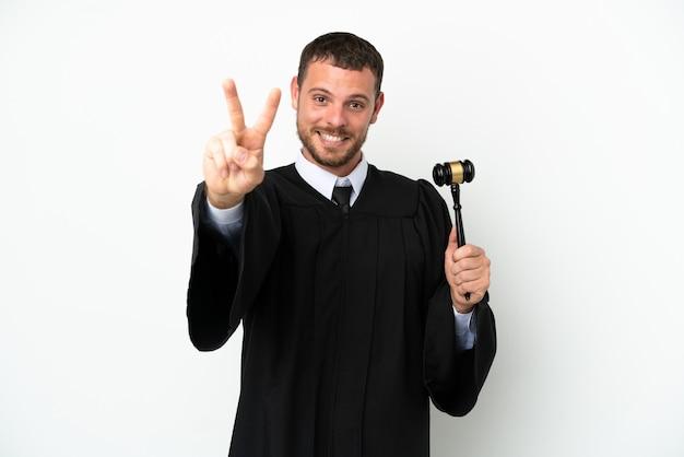 웃 고 승리 기호를 보여주는 흰색 배경에 고립 된 판사 백인 남자