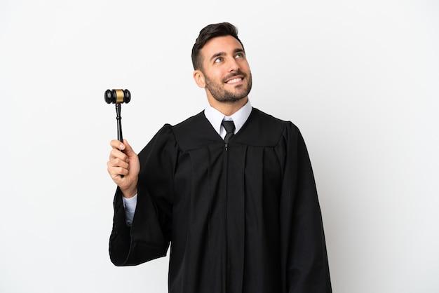Судья кавказский человек изолирован на белом фоне, думая об идее, глядя вверх
