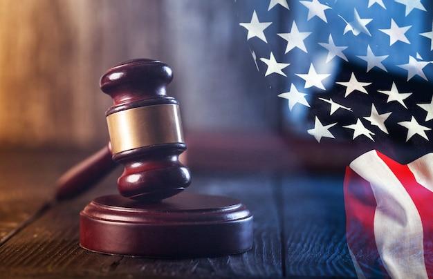 판사 망치와 나무 테이블에 미국 국기