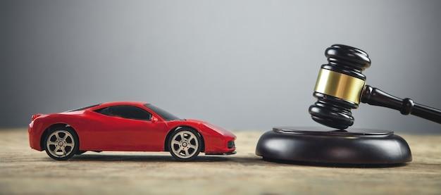 テーブルの上のガベルと車を判断します。