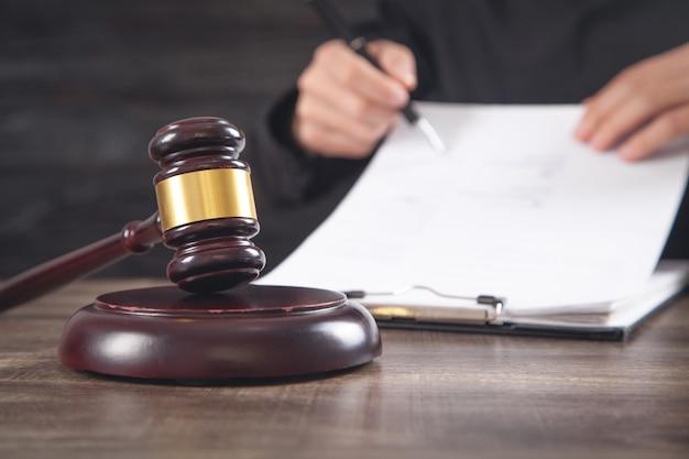 ガベル裁判官とテーブル上の文書。法の概念