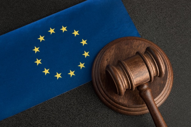 Судья молоток и флаг европейского союза. юриспруденция в европе. понятие законности.