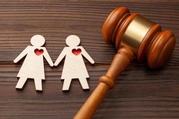 판사 디노와 손을 잡고 두 레즈비언 여자의 그림.