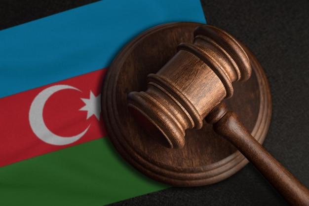 Судейский молоток и флаг азербайджана. закон и справедливость в азербайджане. нарушение прав и свобод.