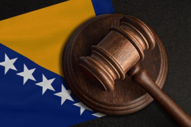 Судейский молоток и флаг боснии и герцеговины. закон в боснии и герцеговине. нарушение прав и свобод.