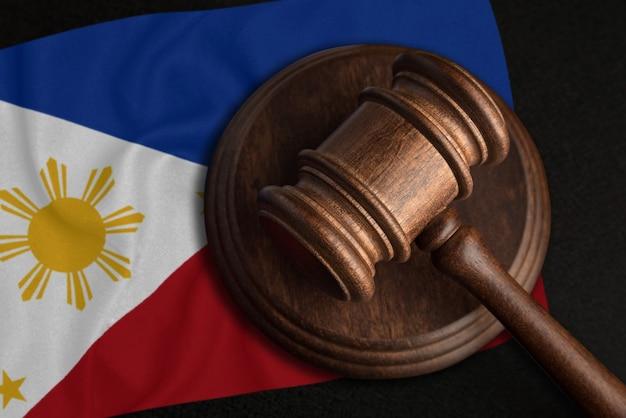 ガベル裁判官とフィリピンの旗。フィリピン共和国の法と正義。権利と自由の侵害