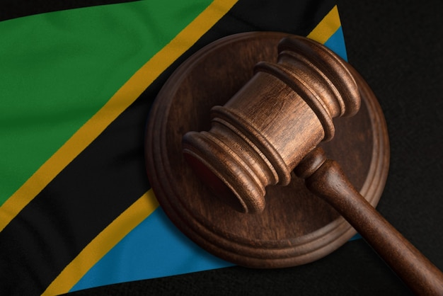 Судья молоток и флаг танзании. закон и правосудие в объединенной республике танзании. нарушение прав и свобод.