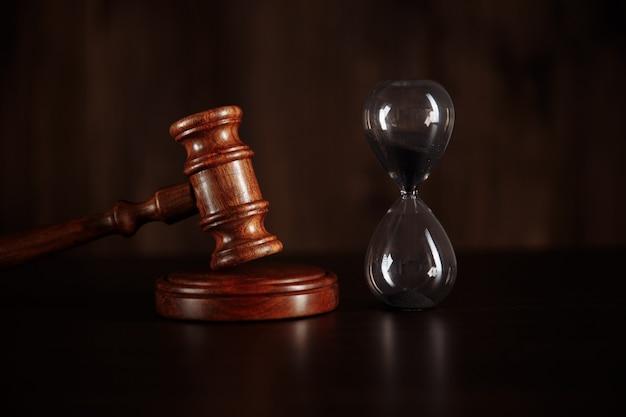ガベルと砂時計の裁判官。法と時間の概念。
