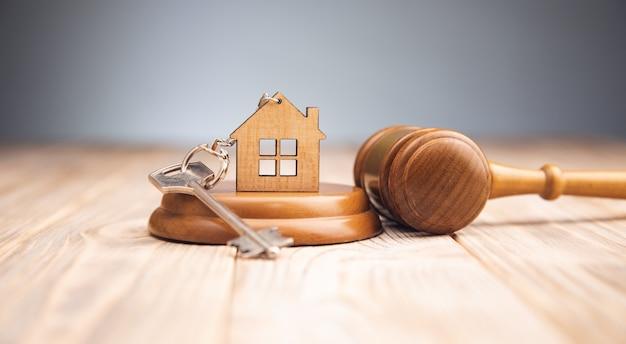 木製のガベルと家の鍵を判断する
