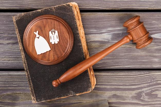 裁判官のガベルと法の本の上面図。離婚の概念フラットレイ。