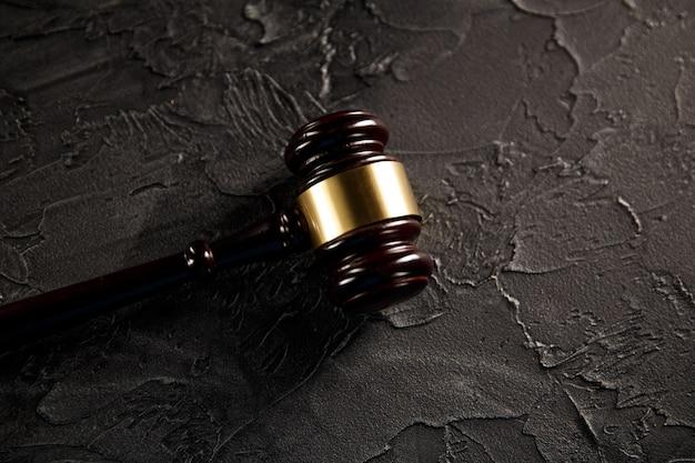 Молоток судьи и юридическая книга о деревянном столе, концепции справедливости и права.