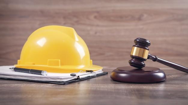 ガベルと安全ヘルメットを判断します。建設法