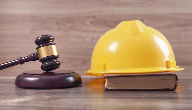 Судейский молоток и защитный шлем. строительное право