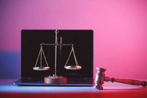 裁判官の小槌とオフィスの正義の天秤。