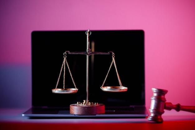 판사 망치와 노트북에 정의의 저울.