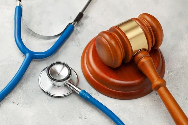 판사 망치와 청진 기입니다. 의학의 법률, 의료 과실에 대한 형.