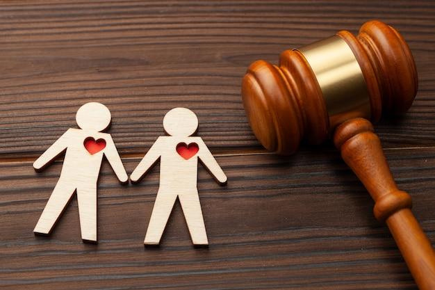 판사 디노와 손을 잡고있는 두 게이 남자의 모습.