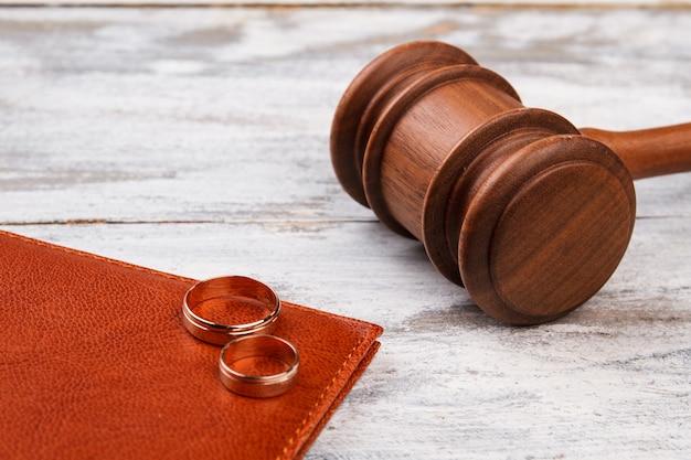 Судейский молоток и обручальные кольца.