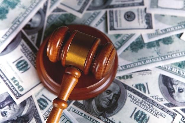 Судейский молоток, доллары для бизнеса, финансы, коррупция, деньги, финансовые преступления