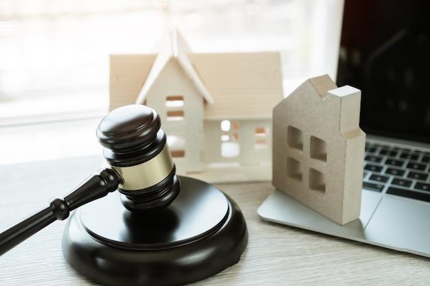 裁判官のガベル/住宅モデル、不動産オークションおよび入札住宅における差し押さえのアイデア。インターネット上で開催されるeコマースオンラインオークションによる経営判断。住宅債務を支払わないことによる紛争訴訟