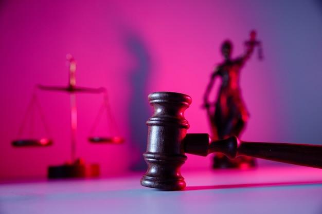 판사 망치, 여성 정의 및 보라색 배경에 비늘. 법률 개념입니다.