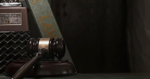 Судья молоток на черном фоне, снимать при слабом освещении. концепция права
